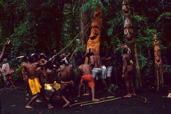 vanuatu-lolubatu-tamtam-aufstellung-3
