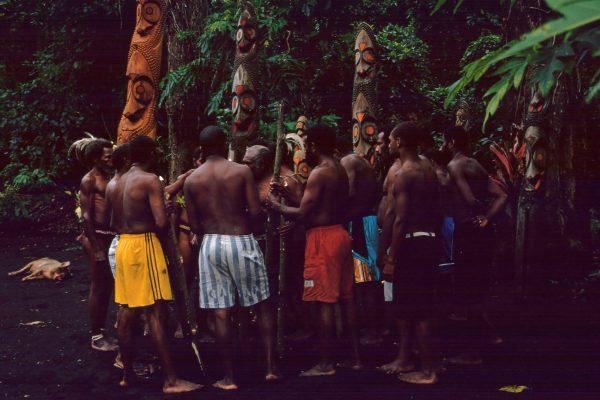 vanuatu-lolubatu-tamtam-aufstellung-4